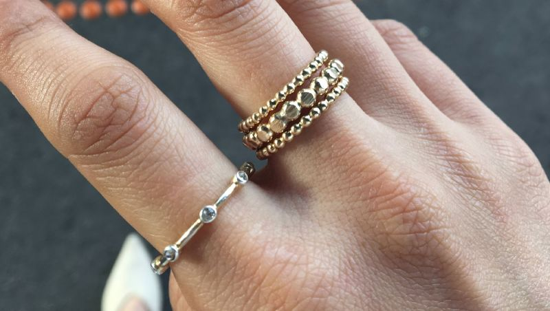 cum porti bijuterii neasortate